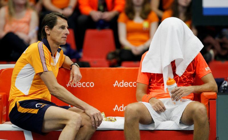 We zien Davis Cup-captain Paul Haarhuis en Robin Haase (verstopt onder de handdoek), wat is hier gaande? (Pro Shots / Action Images)