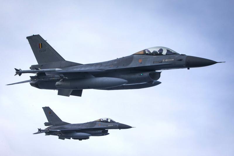F-16's controleren vliegtuig 'zonder communicatie' (Foto: Defensie)