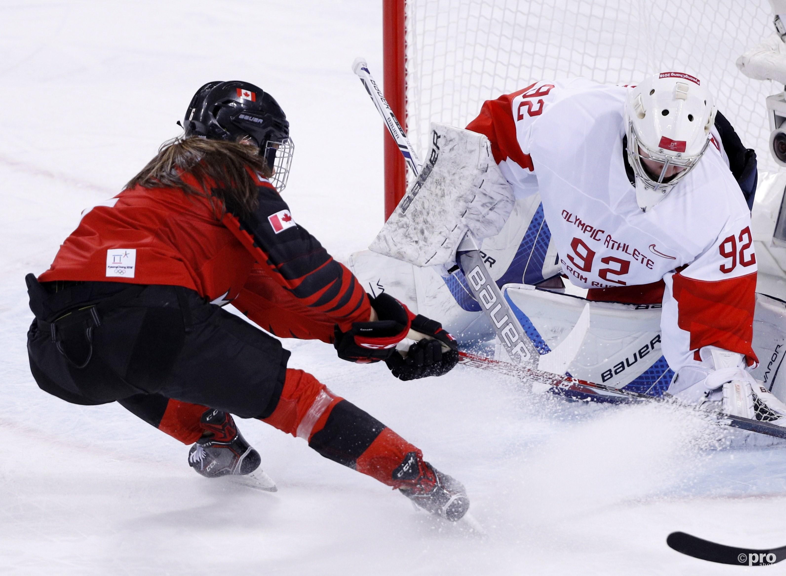Rebecca Johnston uit Canada maakt het de Russische goalie Nadezhda Morozova zeer lastig (Pro Shots/Action Images)