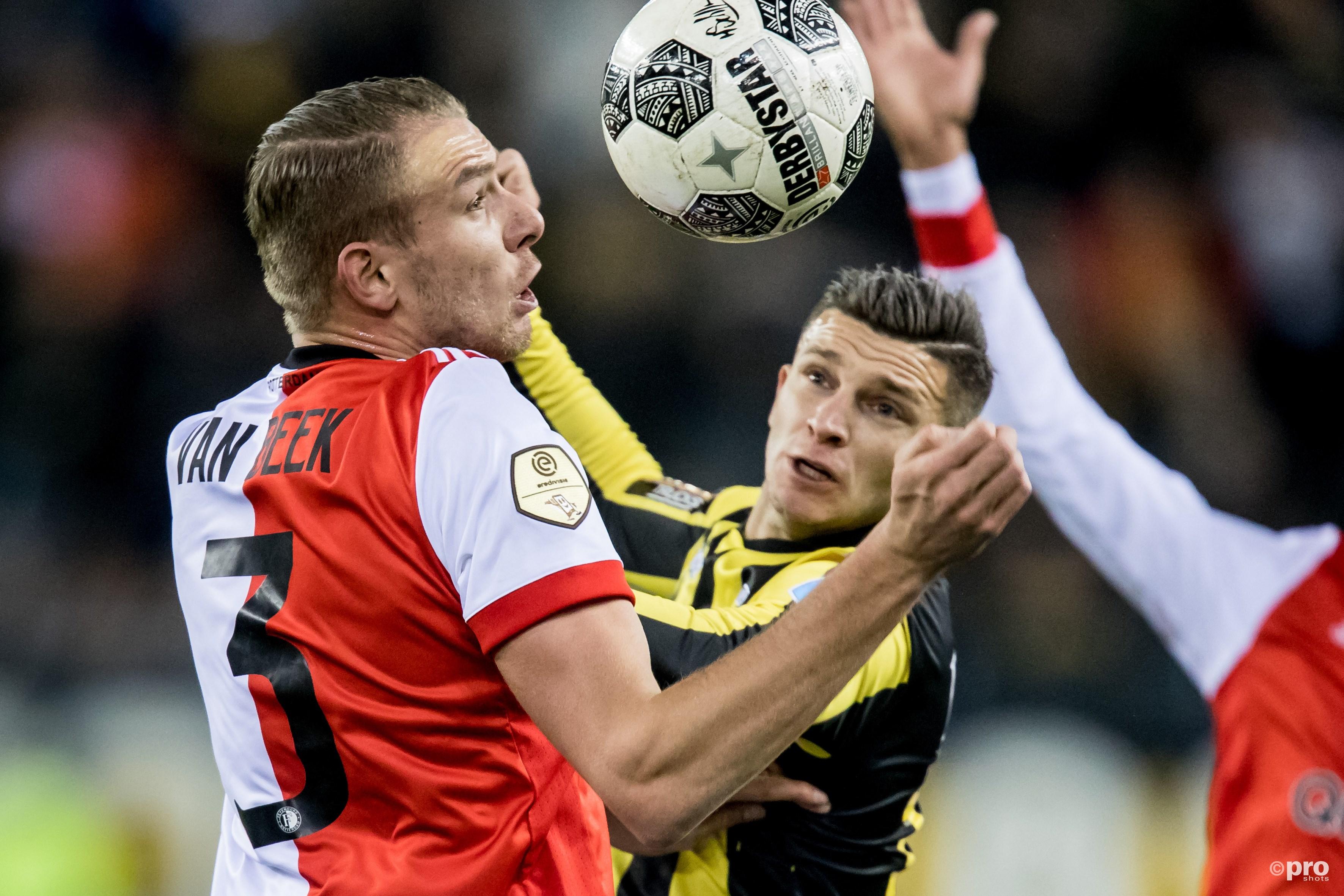 Sven van Beek (l) in duel met Vitesse-speler Bryan Linssen (r). (PRO SHOTS/Kay Int Veen)