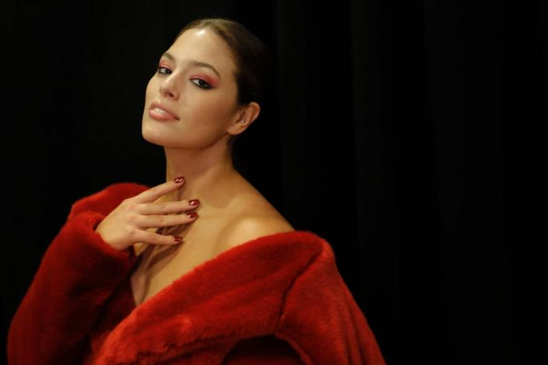 Ashley Graham topless voor Sports Illustrated