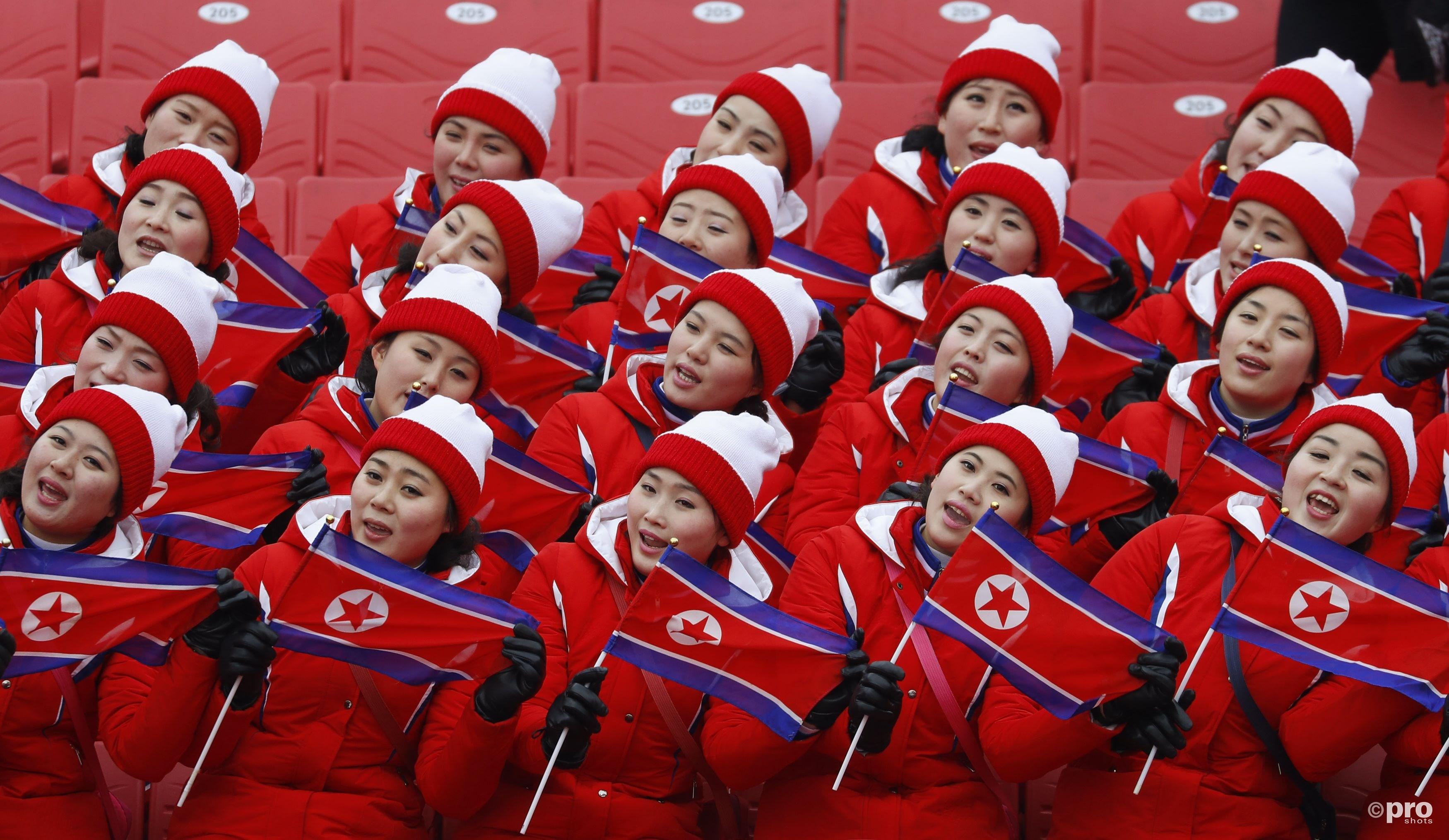 De alom aanwezige Noord-Koreaanse dames hielden de sfeer er ondanks het uitstellen toch weer goed in (Pro Shots/Action Images)