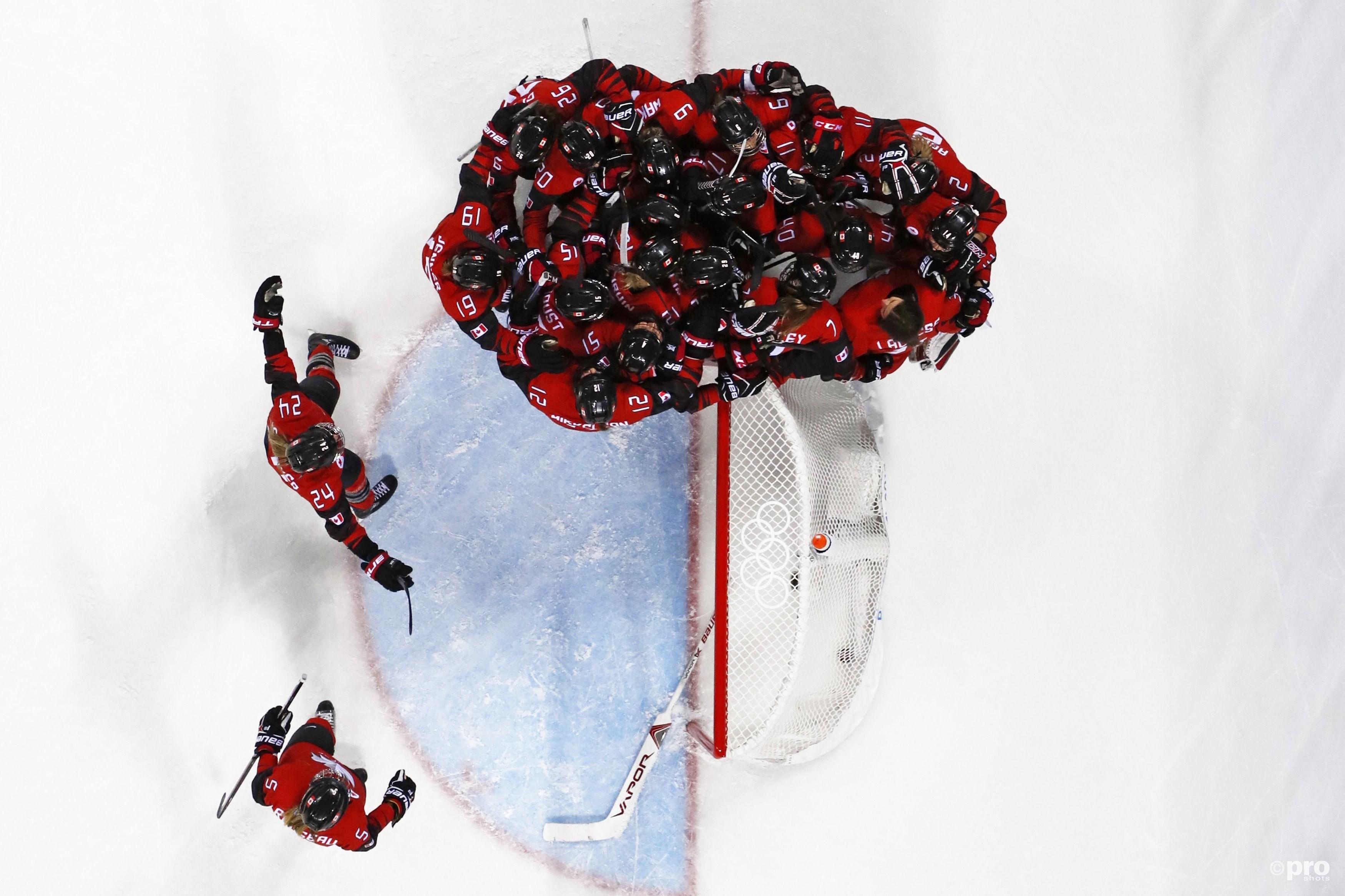 Goalie Lacasse wordt belaagd door haar Canadese ploeggenotes (Pro Shots/Action Images)