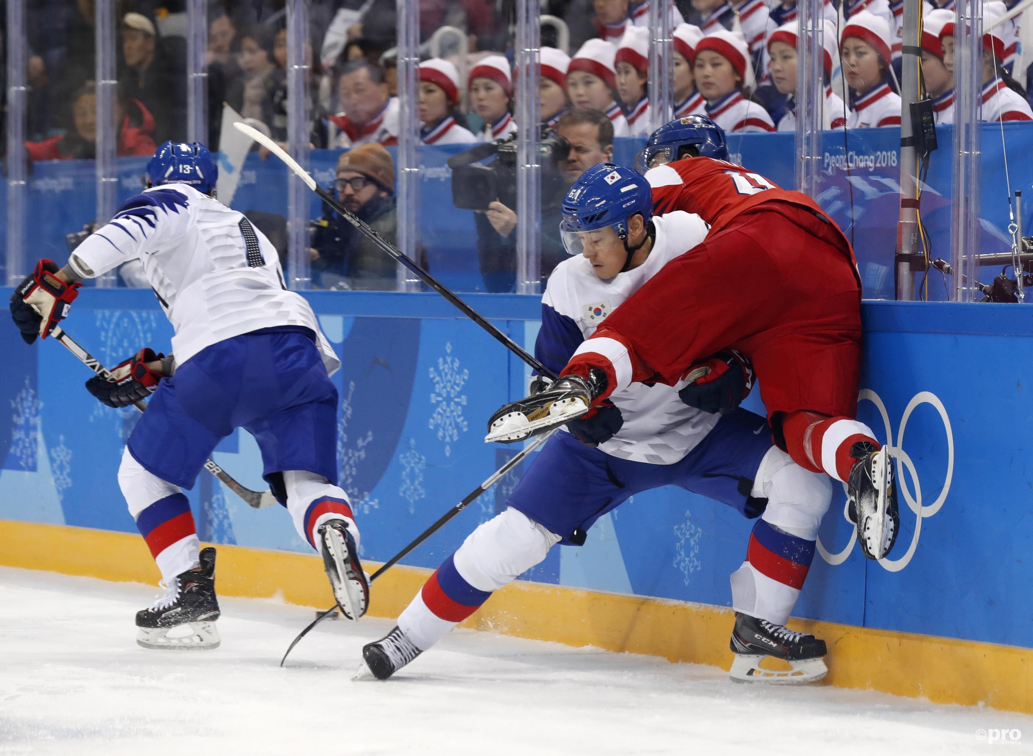 Ze zijn wellicht niet de meest ervaren ijshockeyers, Lee Don-ku laat Jan Kovar zien dat de Koreanen ook beuken uit kunnen delen (Pro Shots/Action Images)