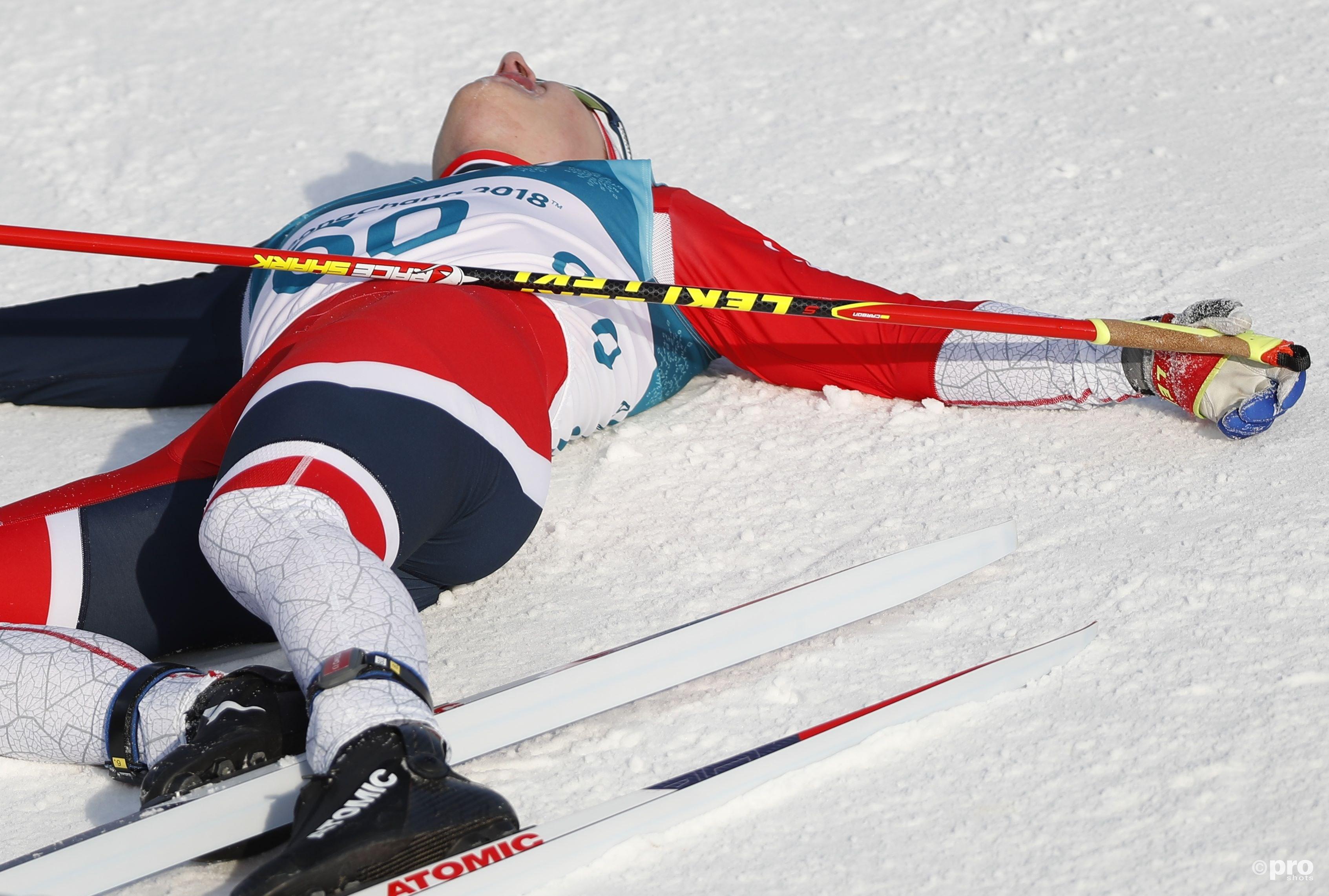 Hét typische langlaufbeeld: Krüger ligt compleet gesloopt in de sneeuw na de finish van, zo bleek, zijn zilveren race (Pro Shots/Action Images)