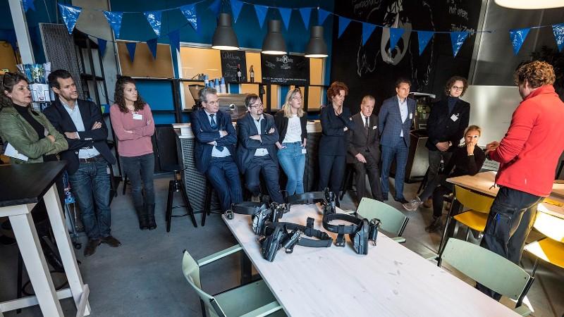 kamerleden kruipen in huid politieagent (foto: politie.nl)