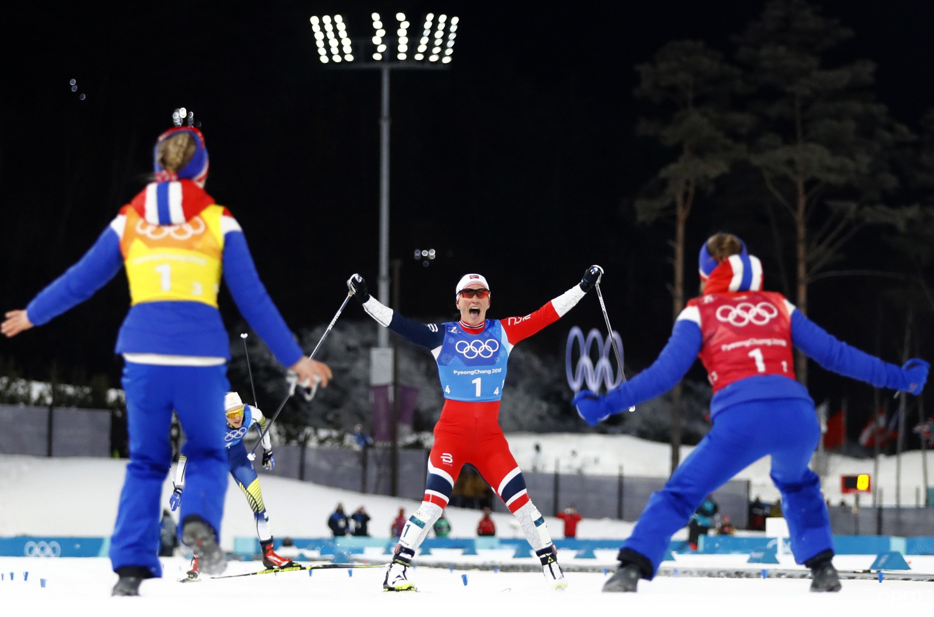 De gouden Bjørgen wordt begroet bij de finish (Pro Shots/Action Images)
