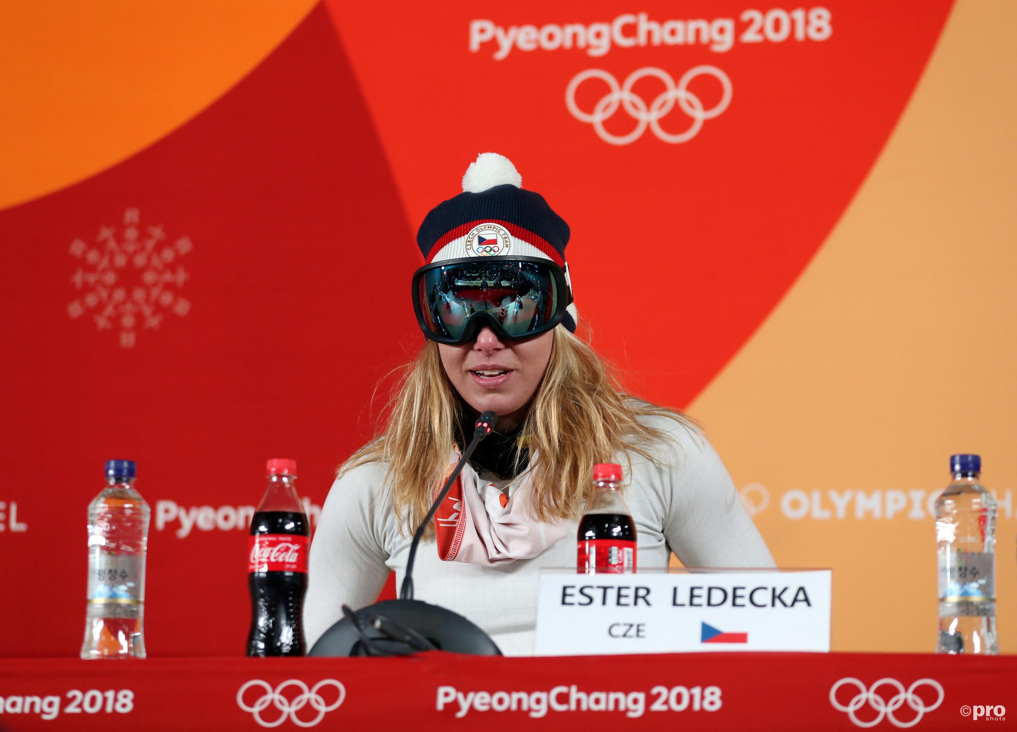 Ledecka met bril en al tijdens de persconferentie (Pro Shots/Action Images)