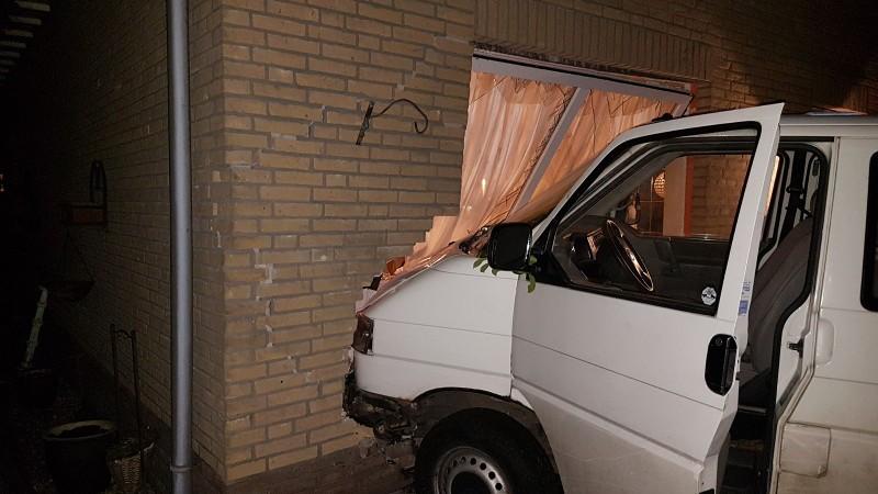 Dronken Pool rijdt huis binnen (foto: Politie.nl)