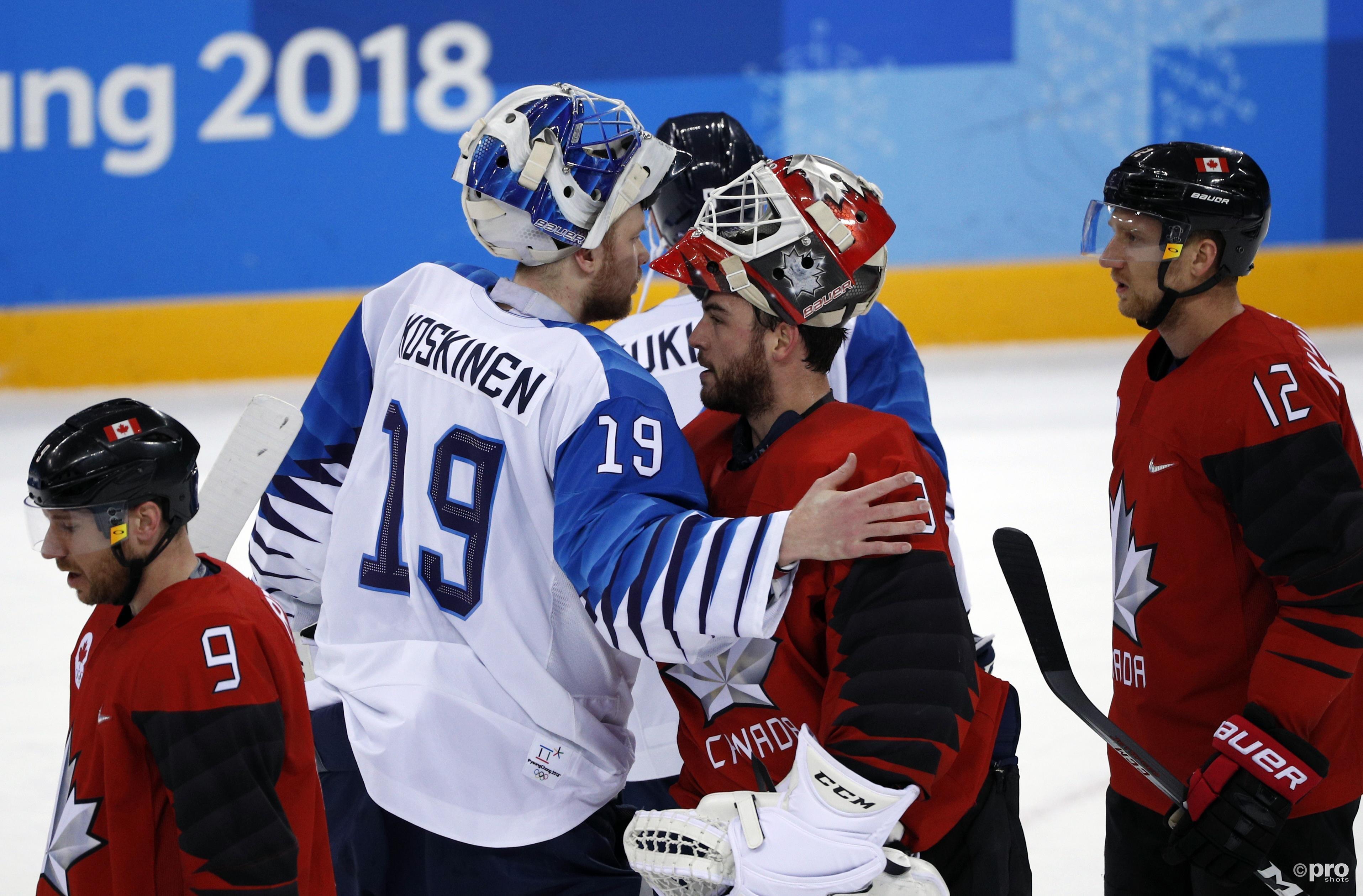 De Finse goalie Mikko Koskinen feliciteert zijn Canadese collega Kevin Poulin (Pro Shots/Action Images)