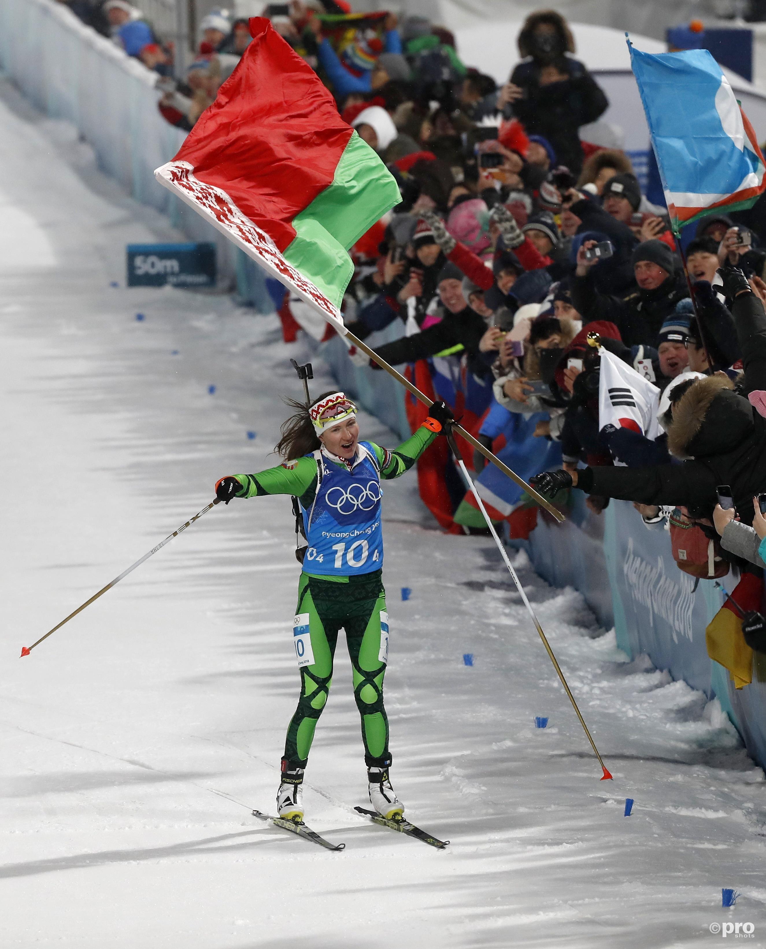 Domracheva met een lomp grote vlag....(Pro Shots/Action Images)