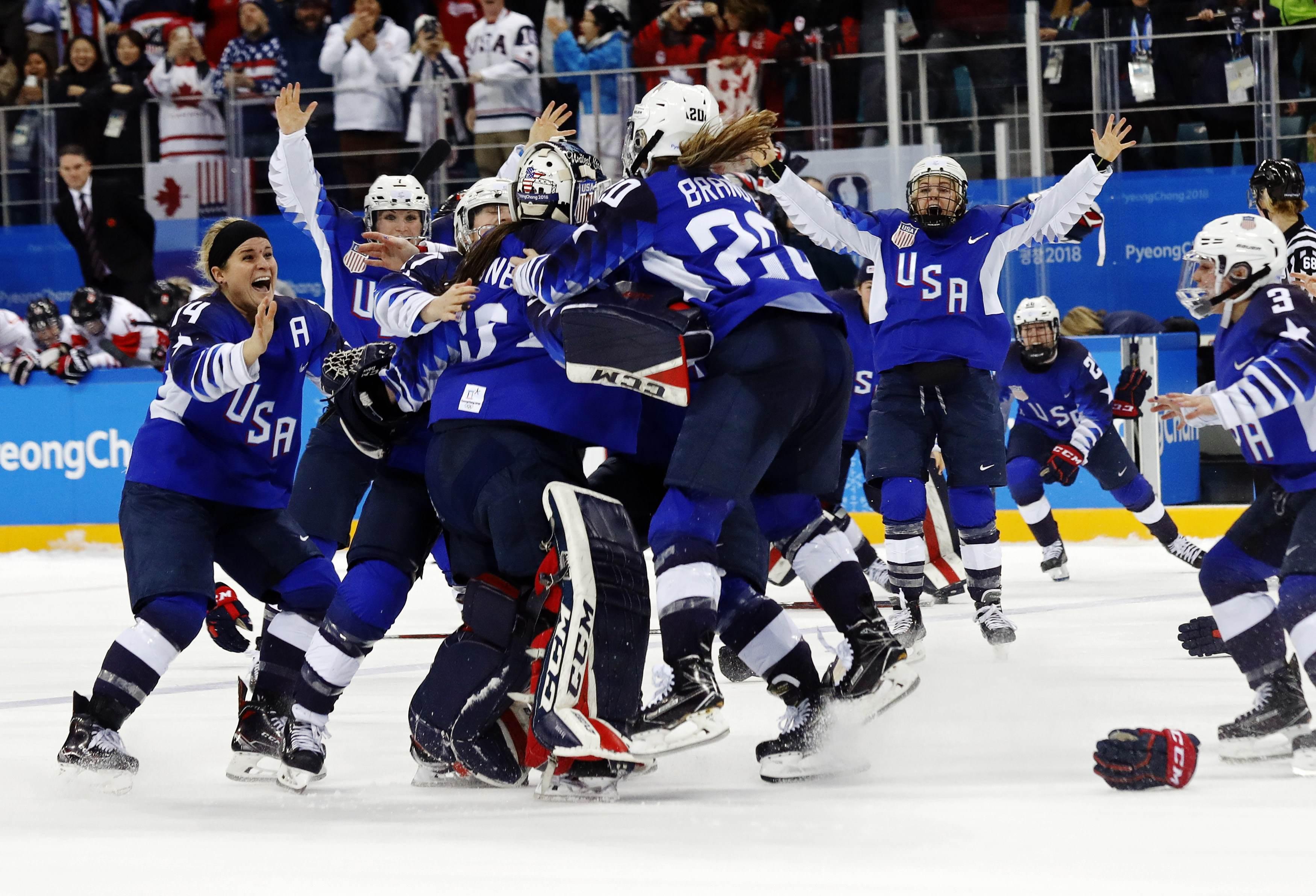 merikaanse ijshockeysters dolblij na winst olympisch goud