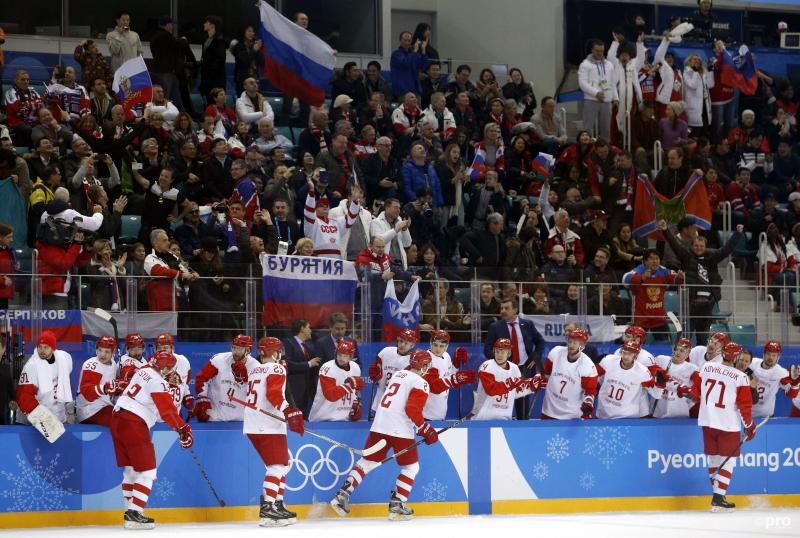 Officieel komen ze uit onder neutrale vlag, maar daar hebben de supporters lak aan: de Russische beer, hamer en sikkel, vandaag móet het gebeuren (Pro Shots/Action Images)
