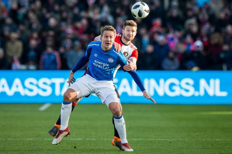 PSV-speler Luuk de Jong in duel met Feyenoord-speler Jan Arie van der Heijden (Pro Shots / Dennis Wielders)