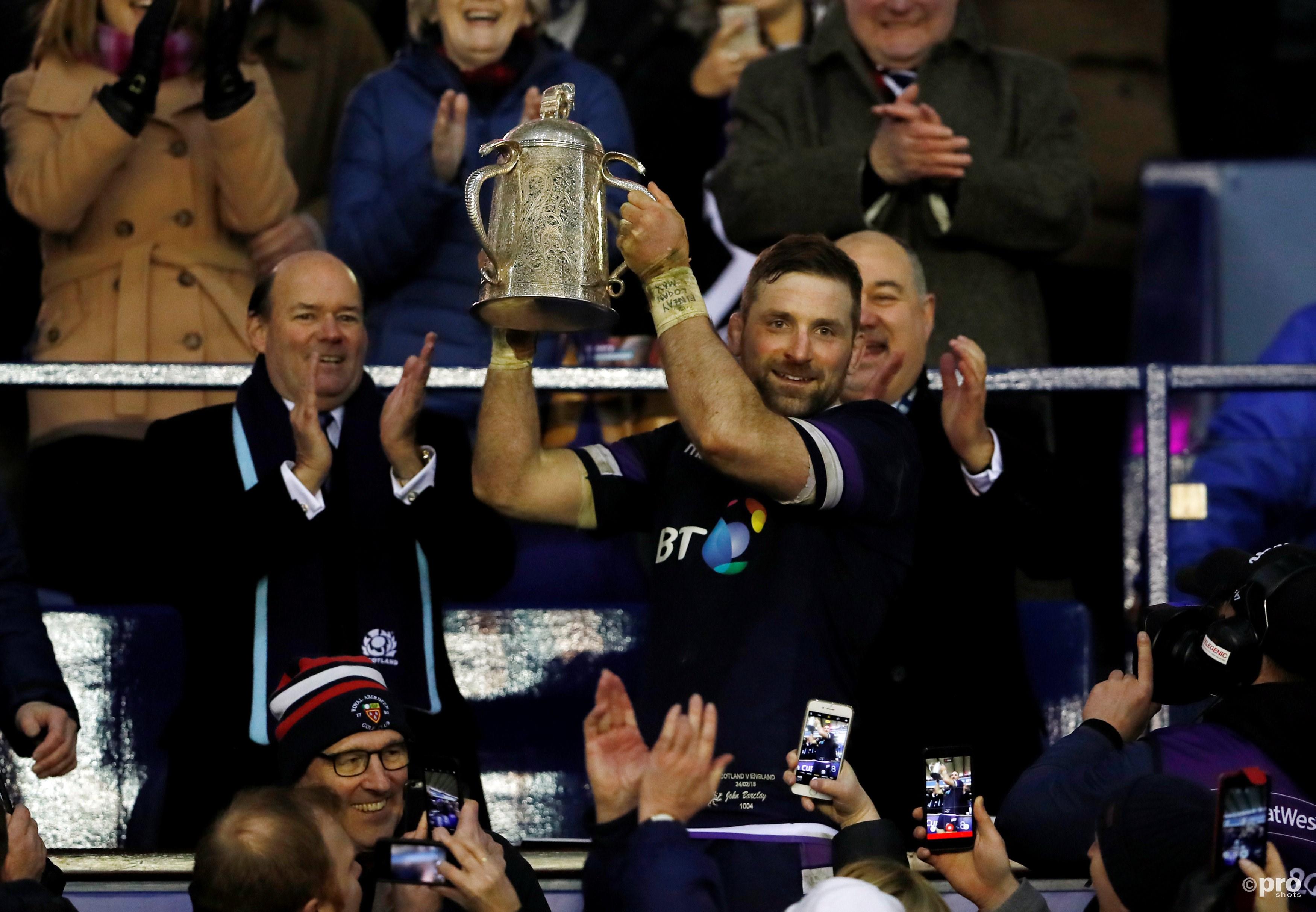 Aanvoerder John Barclay tilt de Calcutta Cup omhoog, de beker die naar de winnaar van het duel tussen Schotland en Engeland gaat (Pro Shots/Action Images)