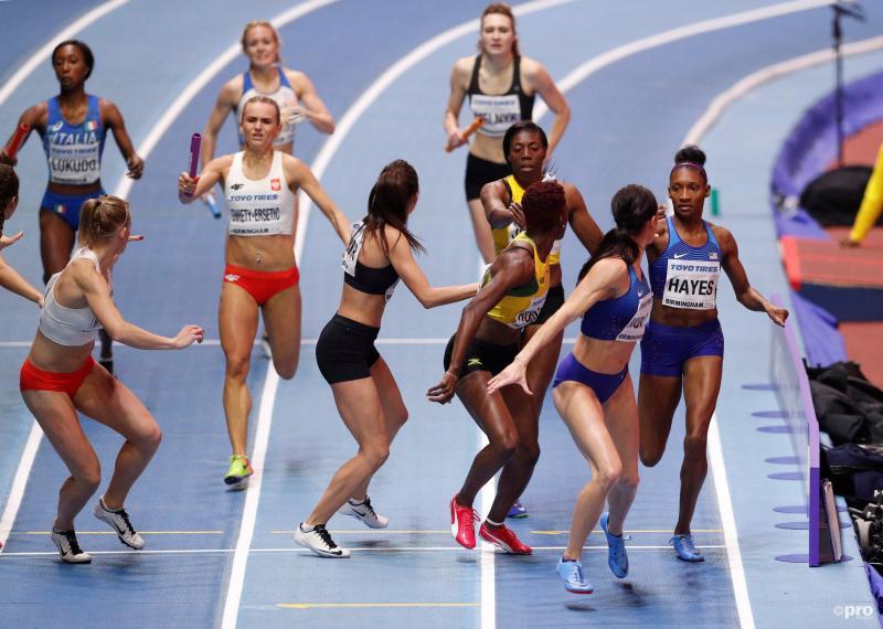 Het moment waarop het fout gaat voor Jamaica: Janieve Russell (geel/groen) staat op de tweede plek, maar moet op de derde plek staan (Pro Shots/Action Images)
