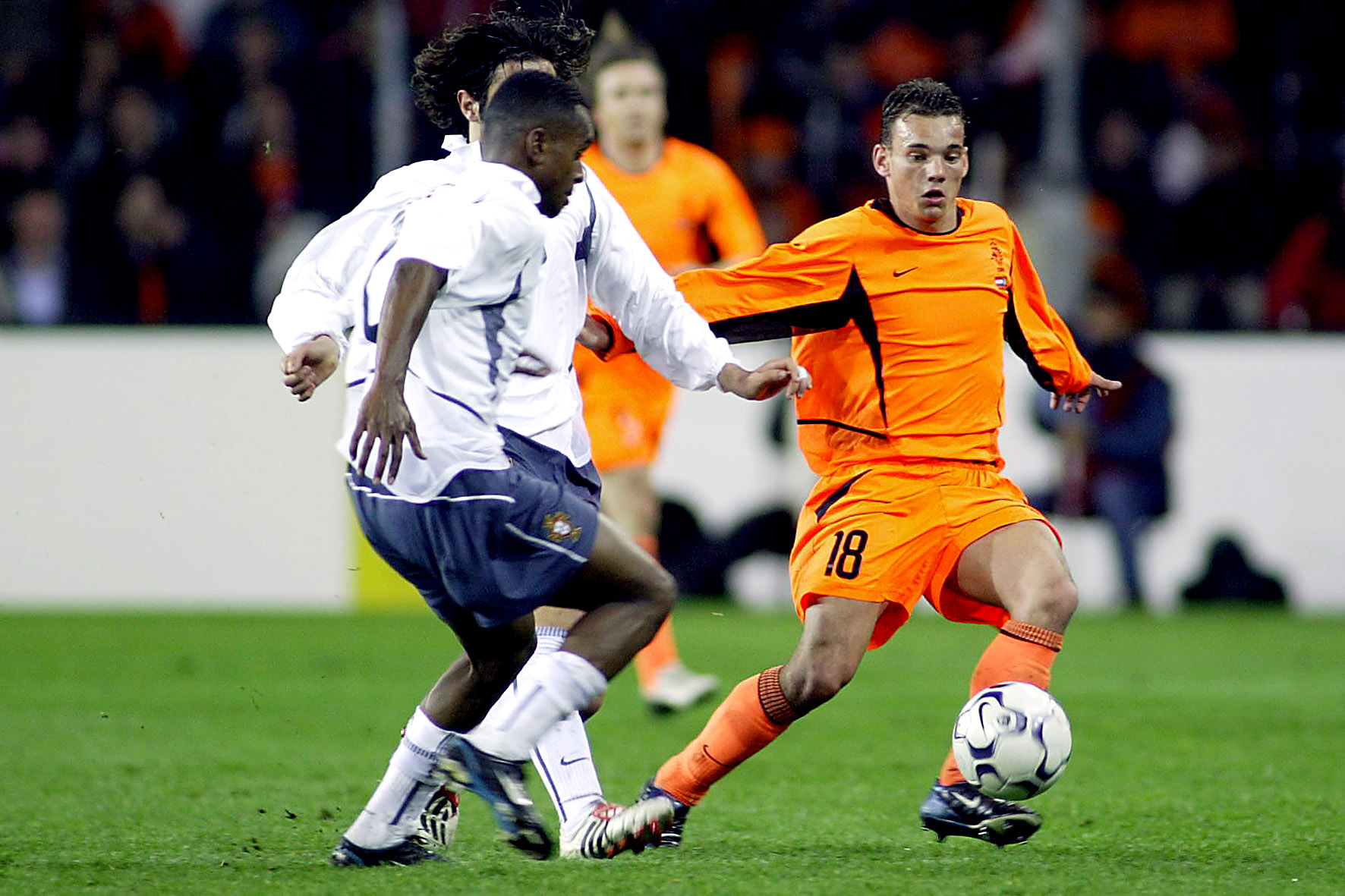 Sneijder in actie tijdens zijn debuut tegen Portugal in 2003