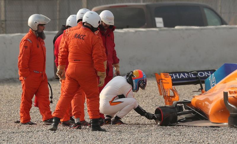 Tijdens de testdagen in Barcelona inspecteert Fernando Alonso zijn McLaren waar zojuist een wiel vanaf is gevlogen. Wat is een leuk onderschrift bij deze foto? (Pro Shots / Action Images)