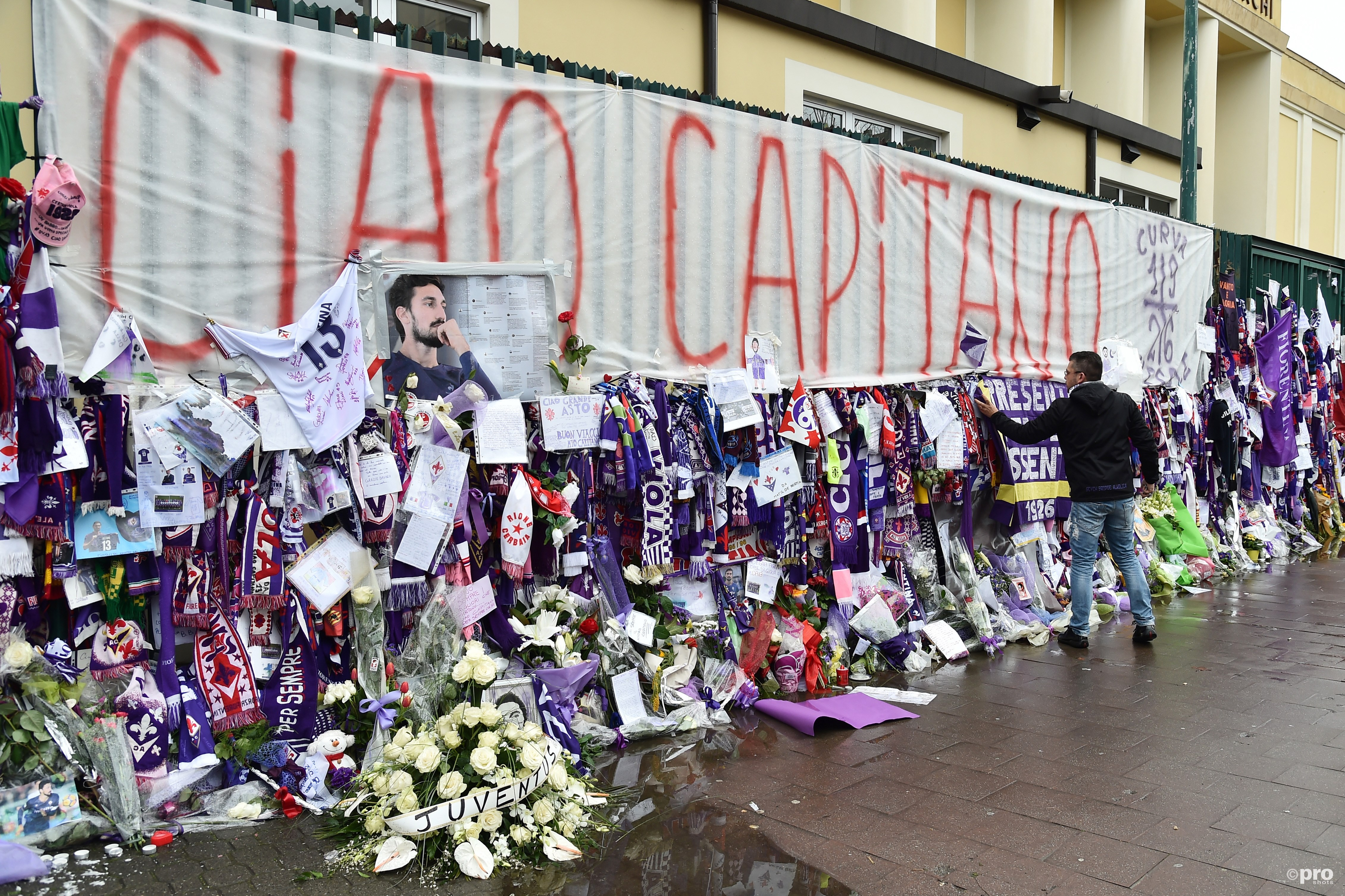 Voor het stadion lagen veel bloemen en andere zaken ter nagedachtenis aan Astori (Pro Shots/Insidefoto)