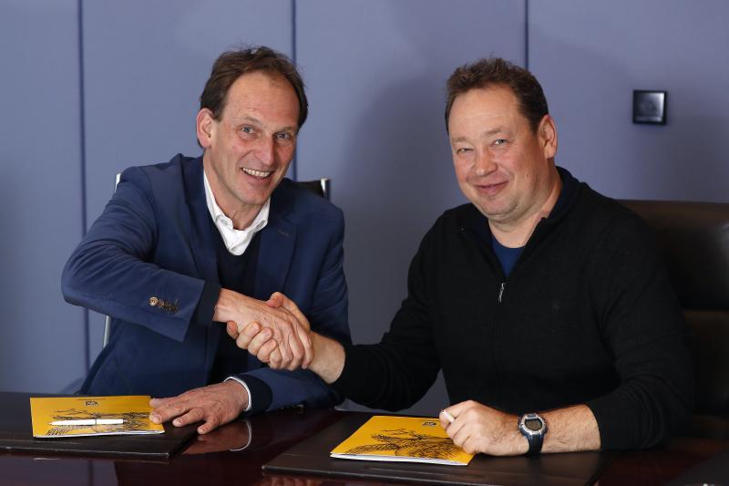 Slutsky de nieuwe trainer Vitesse (rechts) samen met directeur Joost de Wit (links) (Pro Shots / Stanley Gontha)