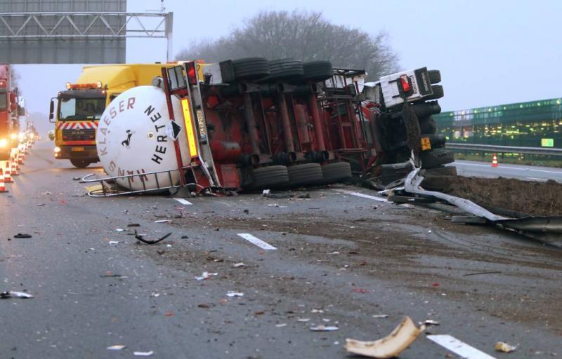 Tankwagen door vangrail op A67
