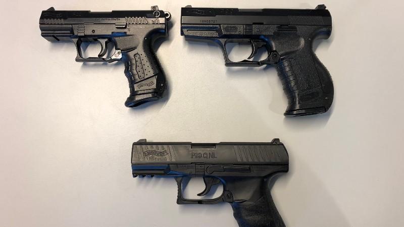 Twee nepvuurwapens en een eechte. Zie jij het verschil? (Foto: Politie.nl)