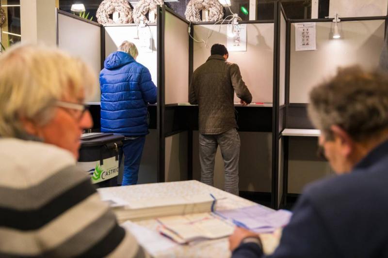 Eerste stembureaus op stations geopend