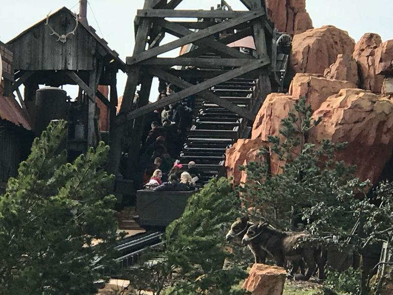 Achtbaan Big Thunder Mountain loopt vast in Disneyland (Foto: Armani XL )