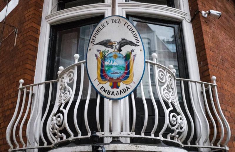 Ecuador snijdt Assange van internet af