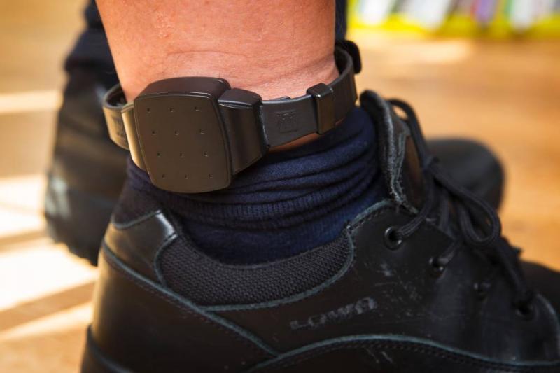 Veroordeelde knipt enkelband door en vlucht