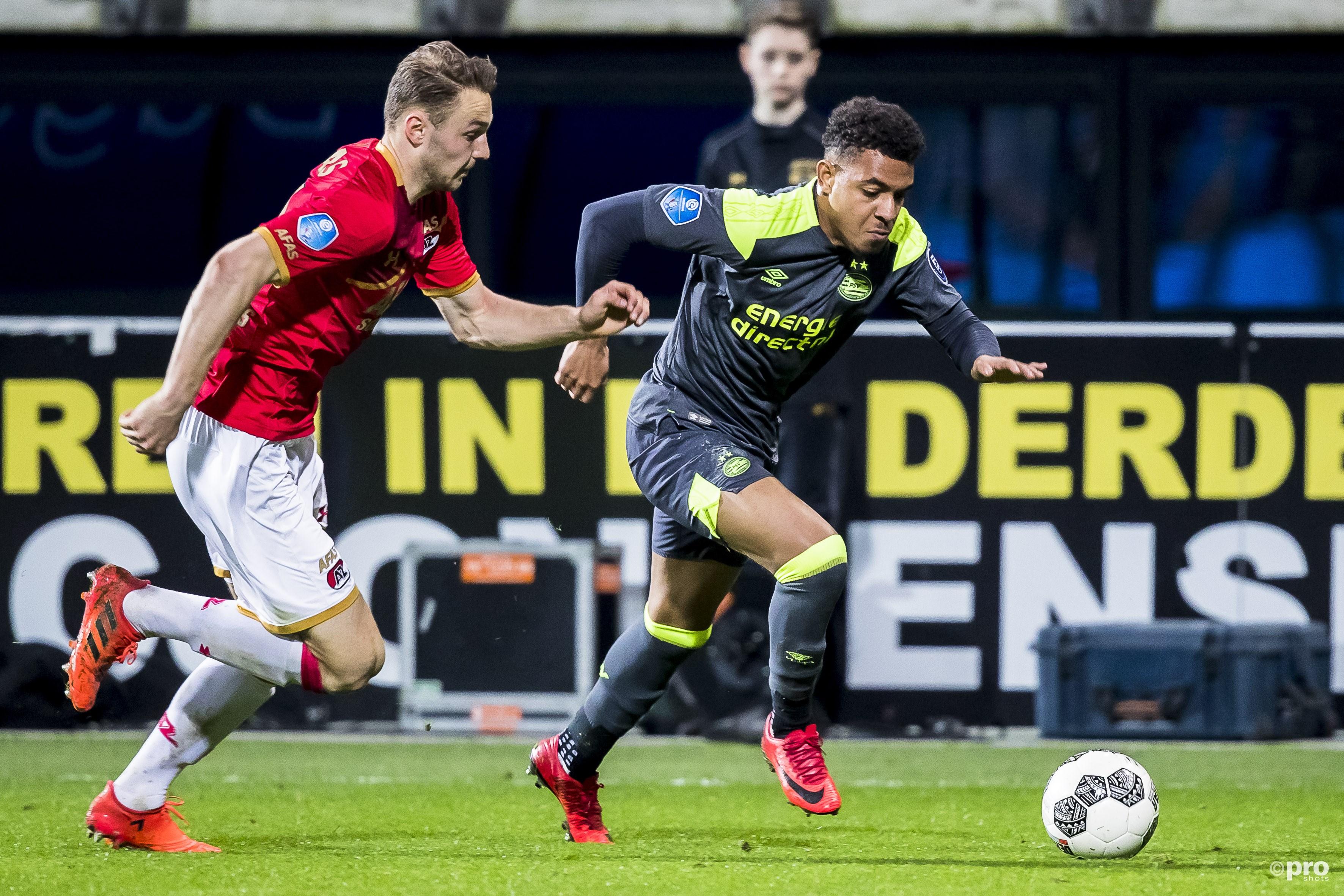 PSV speler Donyell Malen (R), AZ speler Teun Koopmeiners (L). (PRO SHOTS/Joep Leenen)