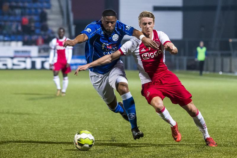 Jong Ajax-speler Dennis Johnson en FC Den Bosch-speler Jeremy Fernandes in duel (Pro Shots / Joep Leenen)