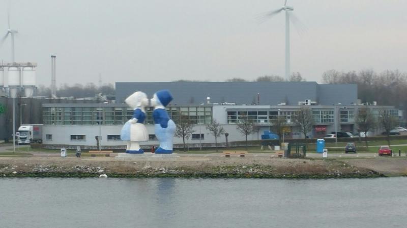 Interpretatie is onderweg naar IJmuiden en zag onderweg dit Delftsblauwe standbeeld (Foto: Interpretatie)