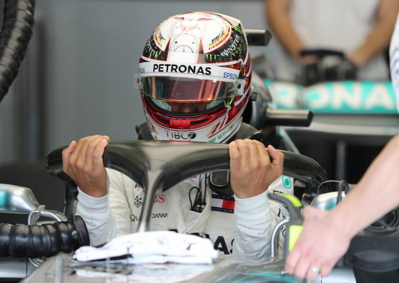 Wat is Lewis Hamilton hier met de halo aan het doen? (Pro Shots / Action Images)