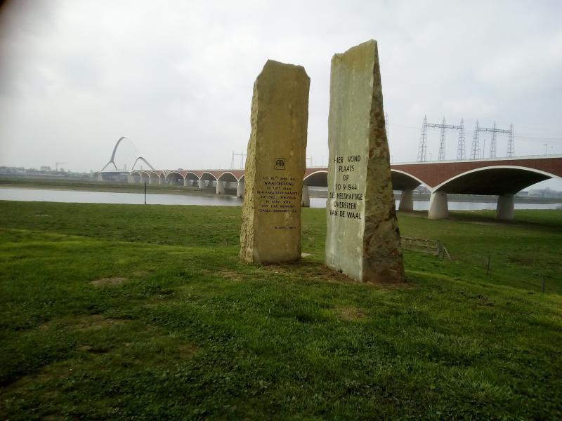 Brug met herdenkingsplek in Nijmegen (Foto: qltel)