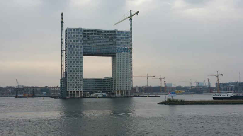 Handig gebouw, er onderdoor kun je zien wat voor weer het is..  (Foto: Interpretatie)