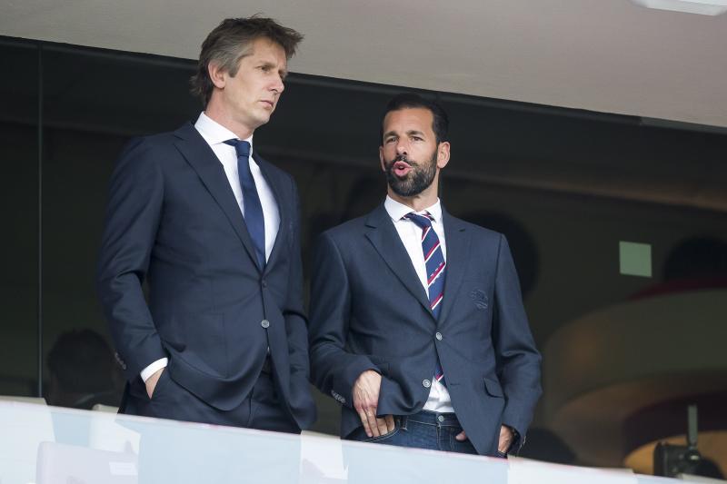 Ajax-directeur Edwin van der Sar en PSV-trainer Ruud van Nistelrooij zijn in gesprek tijdens de kampioenswedstrijd van PSV tegen Ajax, wat bespreken de heren hier? (Pro Shots / Joep Leenen)