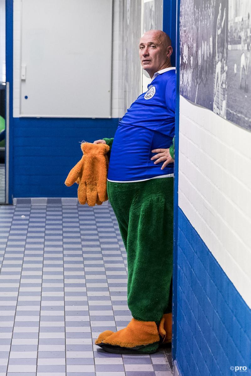 Bozzie, de mascotte van FC Den Bosch, had een kort avondje (Pro Shots / Toin Damen)