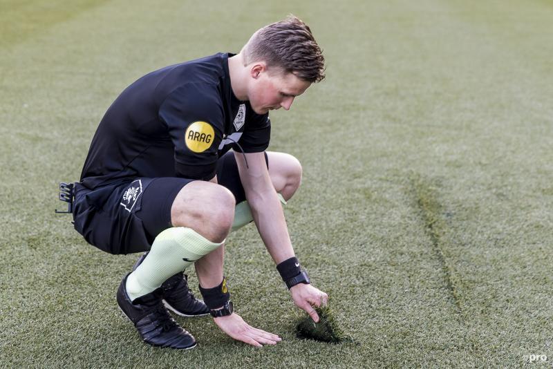 Scheidsrechter Van der Eijk inspecteert het veld (Pro Shots / Toin Damen)