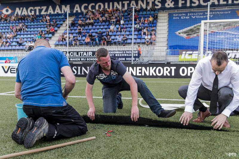 De experts zijn druk bezig met de reparatie van het veld (Pro Shots / Toin Damen)