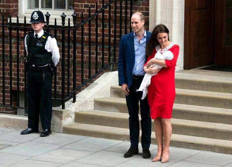 Kate en William verlaten ziekenhuis met zoon