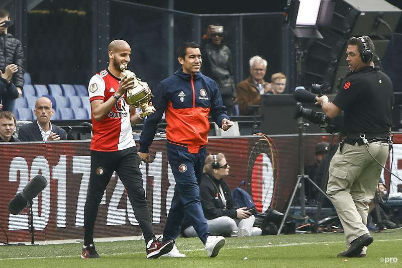 Karim El Ahmadi en Giovanni van Bronckhorst brengen de beker het stadion in (Pro Shots / Remko Kool)