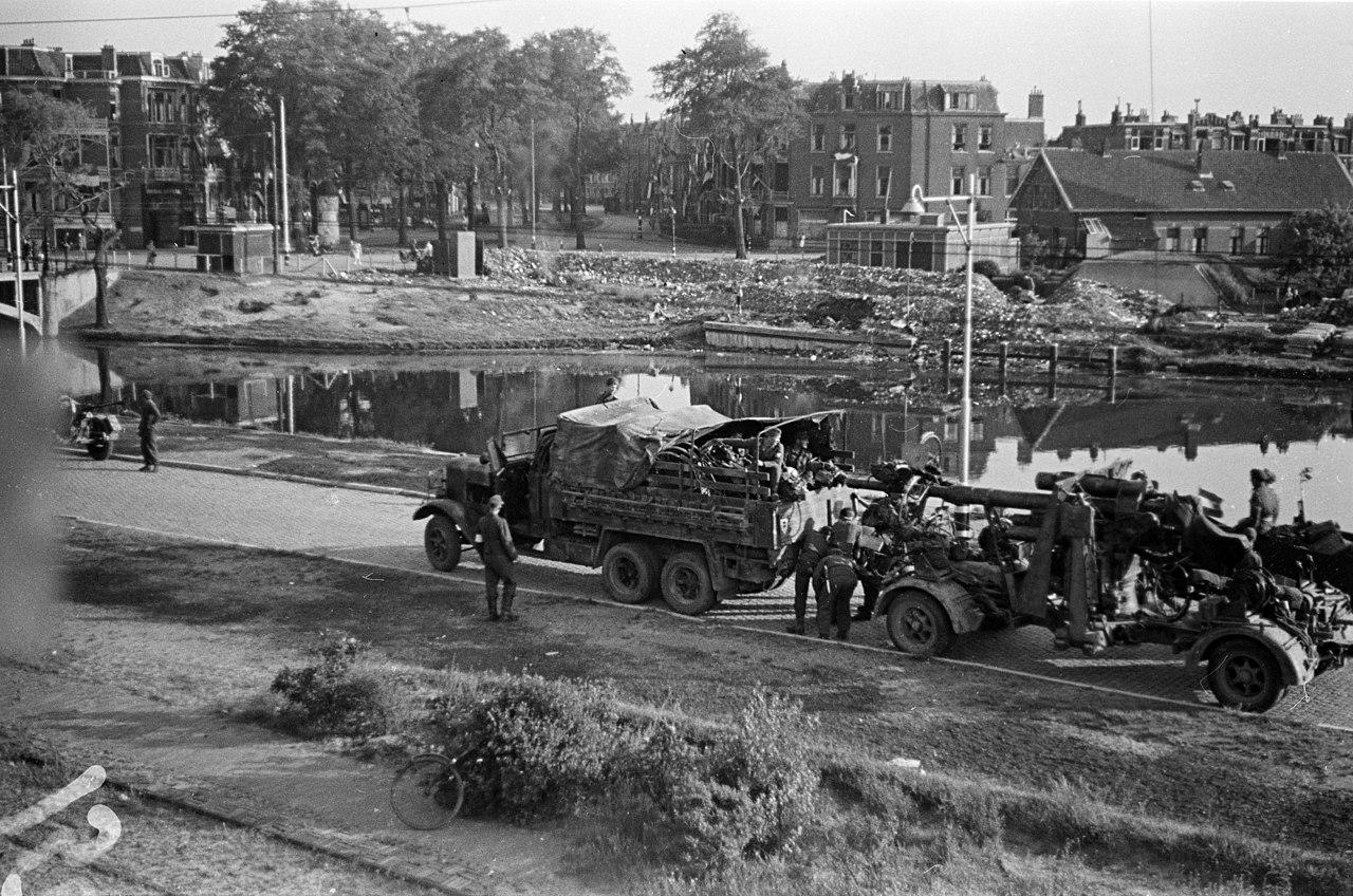 Duitse militairen maken zich na hun overgave op om met hun volgeladen voertuigen met o.a fietsen en artillerie Den Haag te verlaten.