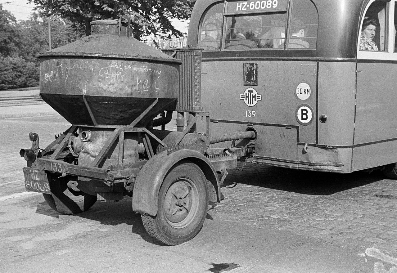 Een bus met een houtgasgenerator op een aanhangwagen