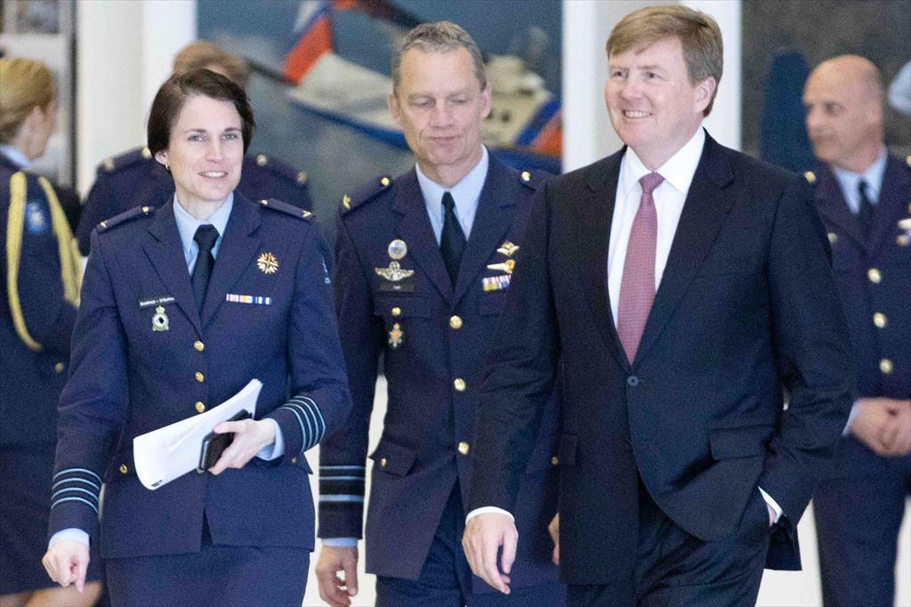 Kolonel Boekholt-O'sullivan tijdens het bezoek van koning Willem-Alexander aan Vliegbasis Eindhoven eerder deze maand. (Foto: Ministerie van Defensie)