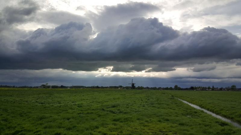Iteejer zag een molen bedreigd worden door een donderwolk (Foto: iteejer)