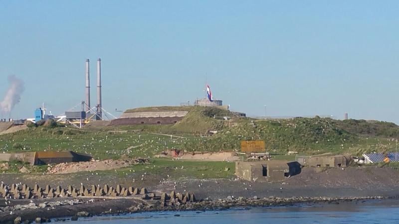In IJmuiden hing de vlag halfstok... (Foto: Interpretatie)