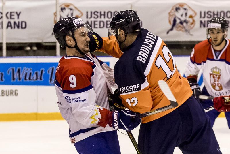 Tijdens het WK ijshockey in de tweede divisie heeft de Nederlander Mitch Bruijsten een appeltje te schillen met de Serviër Dominik Crnogorac, wat is een leuk onderschrift bij deze foto? (Pro Shots / Toin Damen)