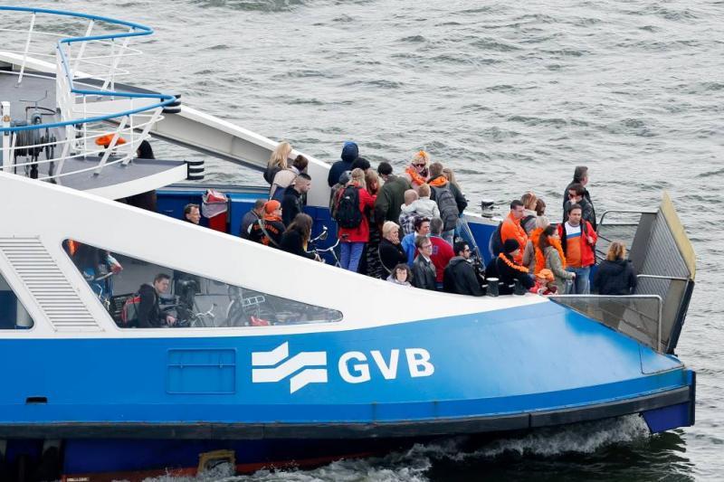 Veerpont Amsterdam ramt kade: 13 gewonden