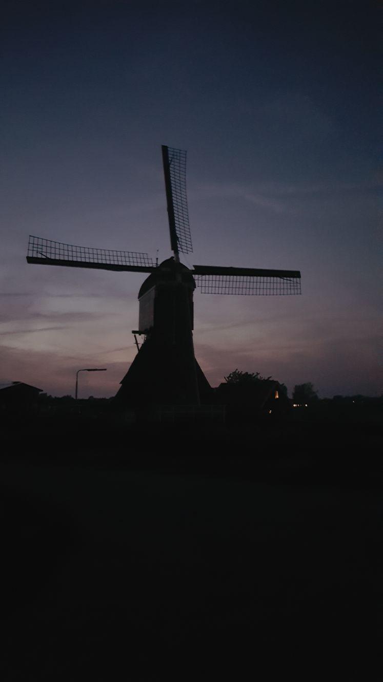 Een molen in de avondschemering (foto: Iteejer)
